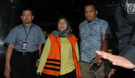 Bupati Bekasi Neneng Hassanah Yasin memakai rompi tahanan dikawal petugas usai menjalani pemeriksaan di gedung KPK, Jakarta, Selasa (16/10). Neneng Hasanah Yasin resmi ditahan 20 hari kedepan untuk mempermudah pemeriksaan. (merdeka.com/Dwi Narwoko)