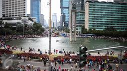 Suasana saat car free day di kawasan bunderan HI, Jakarta, Minggu (25/12). Walaupun CFD ditiadakan karena bertepatan dengan perayaan Natal. Namun, beberapa warga tetap meluangkan berolahraga. (Liputan6.com/Faizal Fanani)