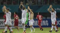 Para pemain Palestina menyapa suporter usai mengalahkan Laos pada laga Grup A Asian Games di Stadion Patriot, Jawa Barat, Minggu (12/8/2018). Palestina menang 2-1 atas Laos. (Bola.com/Vitalis Yogi Trisna)