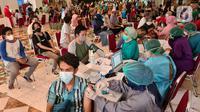 Suasana kegiataan vaksinasi Covid-19 massal untuk tenaga pendidik di Teraskota Mall. Tangerang Selatan, Banten, Rabu (28/04/2021). Lebih dari 3000 teanga pengajar ditargetkan mendapatkan vaksinasi. (merdeka.com/Arie Basuki)