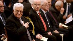 Presiden Palestina Mahmoud Abbas duduk di sebelah kiri saat menghadiri misa Natal di Gereja Nativity, Bethlehem, Jumat ( 25/12/2015). Presiden Abbas rutin mengikuti acara misa Natal yang dirayakan setiap tahun di Bethlehem (REUTERS /Fadi Arouri )