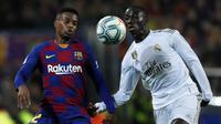 Bek Barcelona, Nelson Semedo berebut bola dengan bek Real Madrid Ferland Mendy pada pertandingan lanjutan La Liga Spanyol di stadion Camp Nou (18/12/2019). Barcelona bermain imbang 0-0 atas Real Madrid. (AP Photo/Joan Monfort)