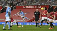 Gelandang Manchester City, Kevin De Bruyne menembak bola saat bertanding melawan Manchester United pada pertandingan lanjutan Liga Inggris di Old Trafford di Manchester, Inggris, Minggu (13/12/2020). MU dan City bermain imbang 0-0. (AP Photo/Paul Ellis/ Pool via AP)