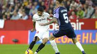 Ever Banega (kiri) membantu Sevilla menang atas Real Valladolid (CRISTINA QUICLER / AFP)