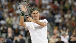 1. Roger Federer (Tenis) - Petenis Swiss ini menempati posisi teratas sebagai atlet dengan pendapatan tertinggi tahun 2020 yaitu sebesar USD 106,3 juta (Rp 1,55 triliun). Endorsement merupakan sumber terbesar pria 38 tahun itu. (AFP/Rodger Bosch)