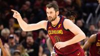 Kevin Love mengalami cedera patah tangan parah ketika membela timnya, Cleveland Cavaliers saat melawan Detroit Pistons, Rabu (31/1/2018) pagi WIB. (Getty Images/Jason Miller)