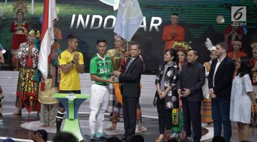 Pemain Bhayangkara FC memberikan simbolik piala Liga 1 Gojek Trevaloka kepada Dirut LIB Berlinton Siahaan saat launching Kompetisi Gojek Traveloka Liga 1 2018 di Studio 5 Indosiar, Jakarta, Senin (19/3). (Liputan6.com/Faizal Fanani)