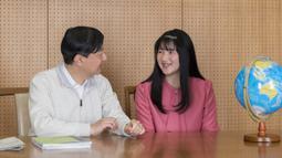 Putri Aiko (kanan), yang merayakan ulang tahunnya yang ke-18 pada tanggal 1 Desember 2019, berbincang dengan ayahnya Kaisar Naruhito di kediamannya di Tokyo, Jepang, (25/11/2019). (Imperial Household Agency of Japan via AP)