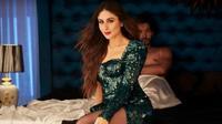 Berakting di film terbaru, Veere di Wedding, Kareena Kapoor menunjukkan sisi lain dalam dirinya yang tampak lebih menggoda (via YouTube)