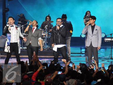 Kahitna dan Yovie & Nuno tampil bersama di panggung HUT 26 SCTV yang dihelat di Gelora Bung Karno, Selasa (24/8). Panggung spektakuler dibuat untuk memenuhi hasrat pemirsa SCTV. (Liputan6.com/Johan Tallo)