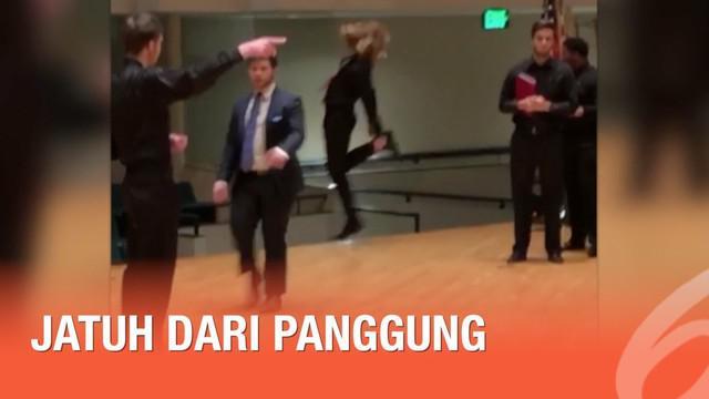 Saat berada di atas panggung untuk sebuah acara, seorang pria kehilangan kendali karena asyik menari.