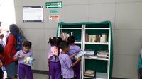 Anak-anak antusias membaca dan memilih buku di stasiun MRT Blok M, Jakarta Selatan, Kamis, 30 Januari 2020 (Liputan6.com/Komarudin)