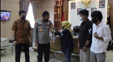 Kapolda Sulawesi Tenggara Irjen Pol Yan Sultra saat penyematan pita putih oleh pengurus AJI Kota Kendari dalam rangka hari kebebasan pers.(Liputan6.com/Ahmad Akbar Fua)