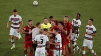 Pemain Belgia bereaksi terhadap Pepe karena melanggar Thorgan Hazard ketika pertandingan babak 16 besar Euro 2020 antara Belgia melawan Portugal yang berlangsung di Stadion La Cartuja, Sevila, Spanyol pada Minggu (27/06/2021). (AP/Pool/Jose Manuel Vidal)