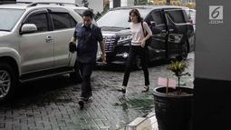 Model yang juga artis, Renata Kusmanto didampingi pengacara Sandy Arifin tiba di Kejaksaan Negeri Jakarta Selatan, Kamis (19/4). Renata mendampingi suaminya, Fachri Albar yang hari ini kasus narkobanya dilimpahkan ke Kejari. (Liputan6.com/Faizal Fanani)