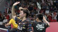 Tontowi Ahmad (kanan) dan Liliana Natsir usai kalahkan pasangan Taiwan, Lee Yang dan Hsu Ya Ching pada babak kedua Daihatsu Indonesia Master 2018 di Istora Senayan, Kamis (25/1/2018). Tontowii/Liliyana menang 21-12, 21-10. (Bola.com/Nick Hanoatubun)
