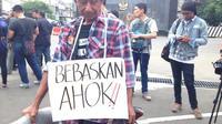 Relawan Basuki Tjahaja Purnama atau Ahok saat tiba di Mako Brimob, Kelapa II Depok, Jawa Barat. (Liputan6.com/Ady Anugrahadi)