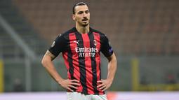 Penyerang AC Milan, Zlatan Ibrahimovic, tampak kecewa saat timnya kebobolan oleh Lille pada laga lanjutan Liga Europa 2020/2021 di San Siro, Jumat (6/11/2020) dini hari WIB. AC Milan kalah 0-3 oleh Lille. (AFP/Miguel Medina)
