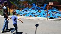 Warga melihat mural karya seniman selama Festival Aliados di San Jose, Costa Rica (11/3). Acara festival seni ini dimeriahkan oleh 50 seniman dari 10 negara. (AFP Photo/Ezequiel Becerra)