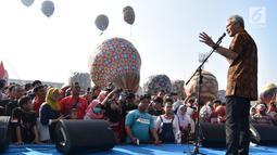 Gubernur Jawa Tengah Ganjar Pranowo memberi sambutan saat membuka Java Balon Festival di Stadion Hoegeng, Pekalongan, Jawa Tengah, Rabu (12/06/2019). Sebanyak 105 bersaing untuk memperebutkan hadiah total Rp 70 juta. (Liputan6.com/Gholib)