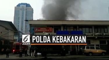 Gudang logistik penyimpanan barang Polda Metro Jaya terbakar, kebakaran langsung ditangani 13 mobil damkar. Hingga kini penyebab kebakaran belum diketahui.