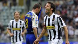 Alessandro Del Piero. Striker yang menjadi legenda di Juventus ini total bermain dalam 19 musim, mulai 1993/1994 hingga 2011/2012 dengan total tampil sebanyak 705 laga dengan torehan 290 gol. Ia pensiun pada 2014 di klub India, Delhi Dynamos usai memperkuat Sydney FC. (Foto: AFP/Giorgio Perottino)