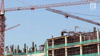 Pekerja menyelesaikan pembangunan gedung bertingkat di Jakarta, Senin (7/5). Badan Pusat Statistik (BPS) melansir pertumbuhan ekonomi kuartal 1 2018 mencapai 5,06%.(Liputan6.com/Immanuel Antonius)