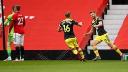 Pemain Southampton, Stuart Armstrong (kanan) berselebrasi usai mencetak gol ke gawang Manchester United pada pertandingan lanjutan Liga Inggris di Old Trafford di Manchester, Inggris (13/7/2020). MU bermain imbang 2-2 atas  Southampton. (AP Photo/Peter Powell,Pool)