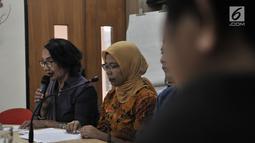 Komisioner Komnas Perempuan Magdalena Sitorus (kiri) memberi keterangan di Kantor Komnas Perempuan, Jakarta, Senin (21/5). Sebelumnya telah terjadi penyerangan dan pengusiran terhadap 7 kepala keluarga di Lombok Timur. (Merdeka.com/Iqbal S Nugroho)