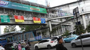 Kendaraan melintas di dekat JPO Tosari di Jakarta, Rabu (5/12). Pemprov DKI Jakarta akan segera membongkar JPO Tosari di Jalan Sudirman untuk diganti dengan Pelican Crossing. (Liputan6.com/Immanuel Antonius)