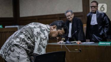 Terdakwa kasus suap jual beli jabatan di lingkungan Kemenag Romahurmuziy usai menjalani sidang vonis di Pengadilan Tipikor Jakarta, Senin (20/1/2020). Mantan Ketum PPP itu divonis pidana penjara selama dua tahun dan denda Rp100 juta subsider tiga bulan kurungan. (Liputan6.com/Faizal Fanani)