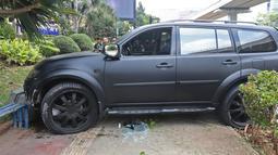 Sebuah mobil Pajero menabrak pembatas jalan di Jalan Rasuna Said, Jakarta, Kamis (29/9/2019). Mobil berwarna hitam menabrak hingga naik ke atas trotoar yang ada di sisi kiri jalan HR Rasuna Said dari arah Menteng. (Liputan6.com/Herman Zakharia)