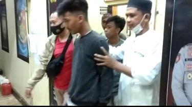 Polisi tangkap dua pemuda yang suruh bocah tenggak miras hingga mabuk (Fauzan/Liputan6.com)