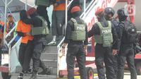 Densus 88  Mabes Polri membawa teroris usai tiba di Bandara Soekarno-Hatta, Tangerang Banten, Kamis (4/1/2021). Dari jumlah tersebut, 19 di antaranya adalah anggota Front Pembela Islam (FPI). (merdeka.com/Arie Basuki)