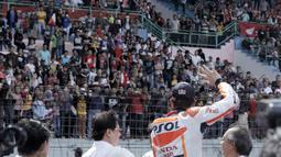 Marc Marquez menyapa penggemarnya seusai menjajal aspal Sirkuit Sentul dengan motor New Honda CBR 250RR. Selasa (25/10/2016). (Bola.com/Reza Bachtiar)