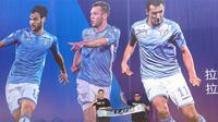 Fans klub Lazio foto-foto dengan background pemain Lazio pada Meet and Greet jelang Supercoppa 2015 di Tiongkok, Rabu (5/8/2015). (Bola.com/Rinov Laksono Putra)