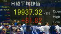 Orang tercermin dalam papan yang menampilkan rata-rata Nikkei di Tokyo, Jepang,  Jumat,  (10/7/ 2015). Nikkei adalah  indeks pasar saham untuk Bursa Saham Tokyo. (REUTERS/Thomas Peter)