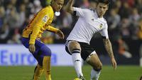 Penyerang Barcelona, Neymar (kiri), mencoba merebut bola dari kaki Santi Mina di Estadio Mestalla, Minggu (6/12/2015) dini hari WIB. (Reuters/Heino Kalis)