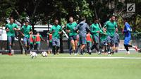 Pemain Timnas Indonesia U-23 berlari saat latihan di Lapangan ABC Senayan, Kompleks GBK, Jakarta, Selasa (20/2). Jelang berlaga di Asian Games 2018, pemain Timnas Indonesia U-23 kembali melakukan pemusatan latihan. (Liputan6.com/Helmi Fithriansyah)