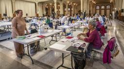 Suasana saat para sukarelawan membuat masker di Balai Kota Lille, Lille, Prancis, Kamis (23/4/2020). Lebih dari 60 sukarelawan di tempat ini dapat memproduksi 1.500 hingga 2.000 masker kain setiap pekan untuk rumah sakit- rumah sakit setempat. (Xinhua/Sebastien Courdji)