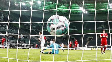 Pemain Borussia Moenchengladbach Jonas Hofmann mencetak gol ke gawang Bayern Munchen pada pertandingan Bundesliga di Borussia Park, Moenchengladbach, Jerman, Jumat (8/1/2021). Bayern Munchen kalah 2-3. (AP Photo/Martin Meissner, Pool)