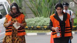Mantan anggota DPRD Sumut Rahmianna Delima Pulungan (kiri) dan Hakim Adhoc Tipikor PN Medan Merry Purba (kanan) tiba di Gedung KPK, Jakarta, Kamis (20/9). Rahmianna diperiksa terkait suap Pengesahan Perubahan APBD 2015. (Merdeka.com/Dwi Narwoko)