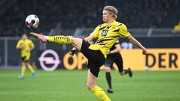 Erling Braut Haaland. Striker Borussia Dortmund ini tampil ciamik di Liga Jerman maupun Liga Champions musim ini. Dengan dana besar awal musim nanti, Ole Gunnar Solskjaer memiliki kans untuk memboyongnya ke Old Trafford. (AFP/Ina Fassbender)