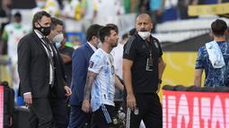 Penyerang Argentina, Lionel Messi meninggalkan lapangan saat laga melawan Brasil dihentikan otoritas kesehatan selama pertandingan kualifikasi Piala Dunia FIFA Qatar 2022 di stadion Neo Quimica Arena di Sao Paulo, Brasil, Minggu (5/9/2021). (AP Photo/Andre Penner)