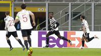 Pemain Manchester United Paul Pogba melakukan selebrasi usai mencetak gol ke gawang AC Milan pada pertandingan leg kedua babak 16 besar Liga Europa di Stadion San Siro, Milan, Italia, Kamis (18/3/2021). Manchester United  menang 1-0. (AP Photo/Antonio Calanni)