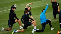 Pemain Kroasia, Luca Modric (tengah) bersama rekan setimnya melakukan peregangan otot saat sesi latihan di Lapangan Luzhniki, Moskow, Rusia, Senin (9/7). Kroasia akan menghadapi Inggris pada laga semifinal Piala Dunia 2018. (AP Photo/Francisco Seco)