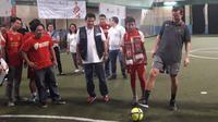 Legenda Liverpool Vladimir Smicer (kanan) berbagi ilmu kepada SMPIT Taruna Islamic School & Football Academy di Jakarta, Jumat (8/2/2019). (Liputan6.com/Luthfie Febrianto)