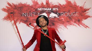 Pemain PSG, Neymar, berpose saat merayakan pesta ulang tahunnya di Paris, Senin (4/1). Penyerang asal Brasil itu merayakan hari jadi yang ke-27 tahun dengan keadaan cedera. (AFP/Thomas Samson)