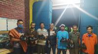 Para Ketua RT dan para pemuda Kampung Ciawitali Garut, Jawa Barat siap mendistribusikan paket sembako bagi warga yang membutuhkan. (Liputan6.com/Jayadi Supriadin)