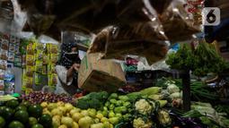 Pedagang menata dagangannya di Pasar Tebet Timur, Jakarta, Senin (4/1/2021). Badan Pusat Statistik (BPS) mencatat inflasi pada bulan Desember 2020 tercatat sebesar 0,45 persen dengan Indeks Harga Konsumen (IHK) sebesar 105,68. (Liputan6.com/Johan Tallo)